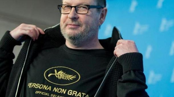 Der-daenische-filmregisseur-lars-von-trier-traegt-in-berlin-ein-t-shirt-mit-der-aufschrift-persona-non-grata-